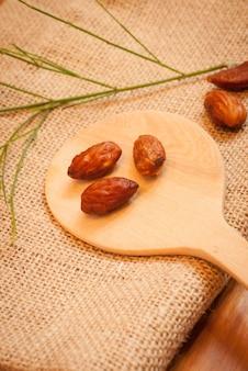 Almond sur sack avec une cuillère en bois.