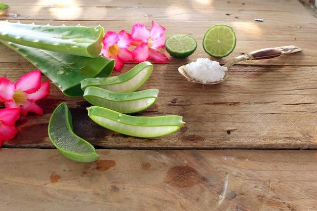 Aloe vera au citron vert et gommage au sel sur bois