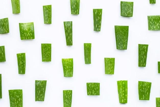 Aloe vera a coupé des morceaux sur le blanc. vue de dessus
