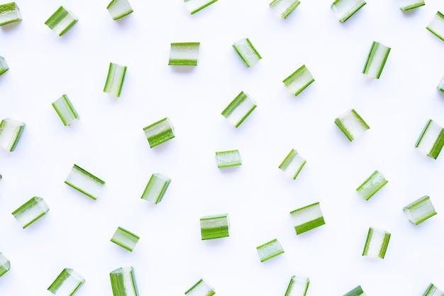 Aloe vera coupe des morceaux sur blanc