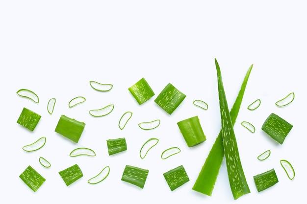 Aloe vera a coupé des morceaux avec des tranches. espace de copie