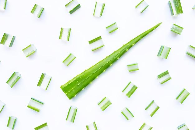 L'aloe vera a coupé des morceaux avec des tranches sur un fond blanc. espace de copie