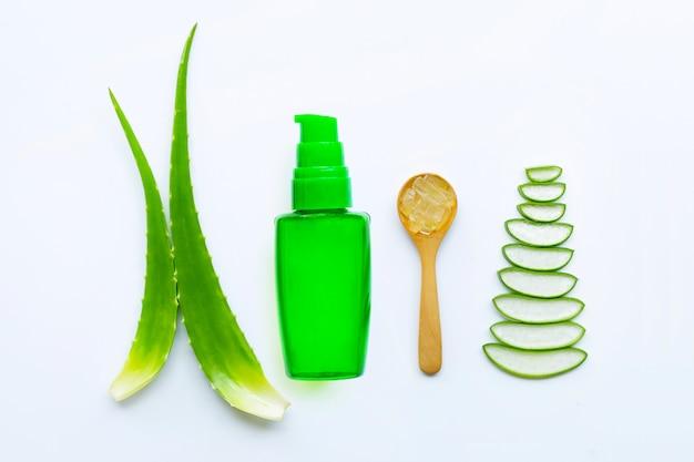 L'aloe vera est une plante médicinale populaire pour la santé et la beauté, fond blanc.