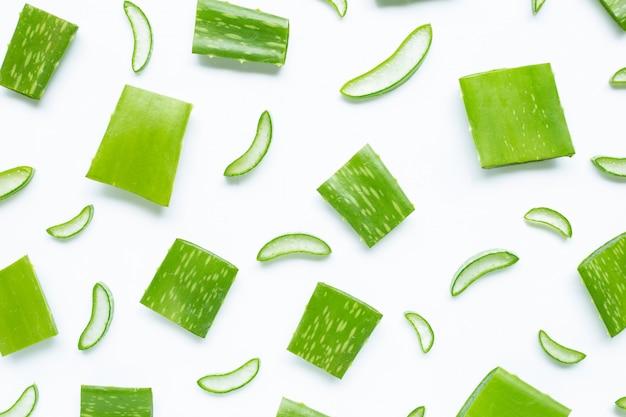 L'aloe vera est une plante médicinale populaire pour la santé et la beauté, sur fond blanc.