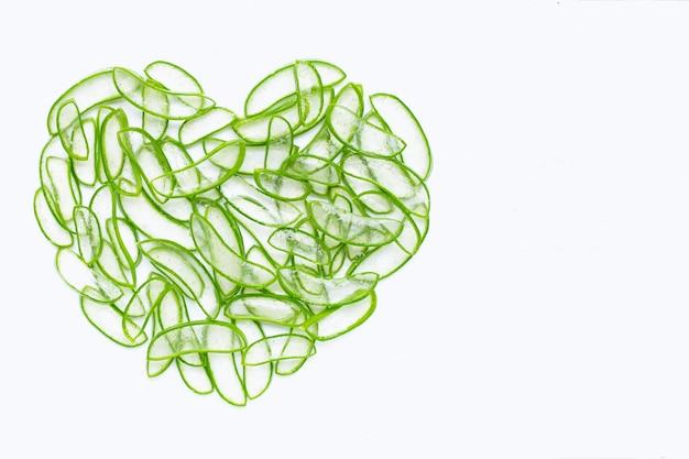 Aloe vera en forme de cœur, l'aloe vera est une plante médicinale appréciée pour la santé et la beauté.