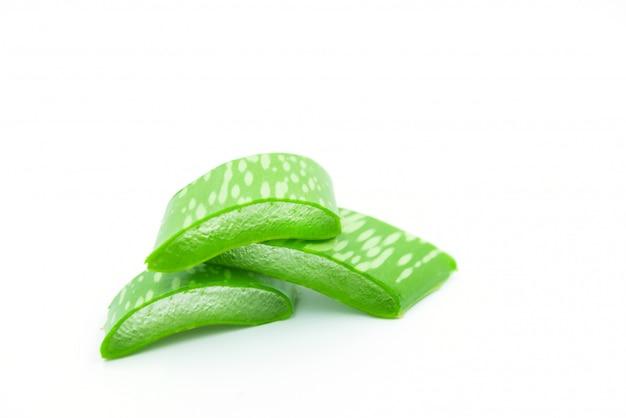 Aloe vera frais sur fond blanc