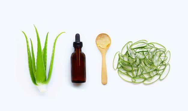 Aloe vera à l'huile essentielle sur blanc
