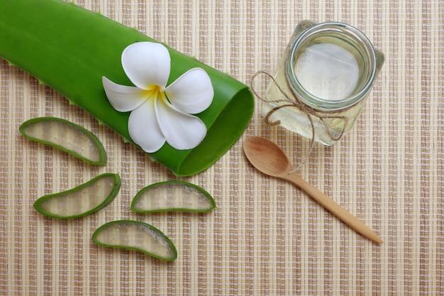 Aloe vera et huile essentielle en pot de verre avec une cuillère en bois
