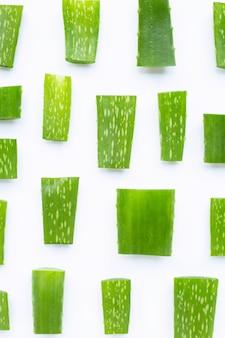 Aloe vera laisse des morceaux coupés sur fond blanc.