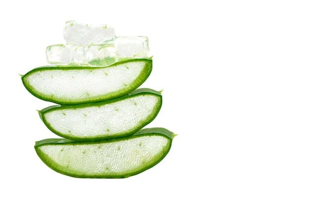 L'aloe vera tranche des feuilles fraîches sur fond blanc phytothérapie utile pour les soins de la peau et des cheveux