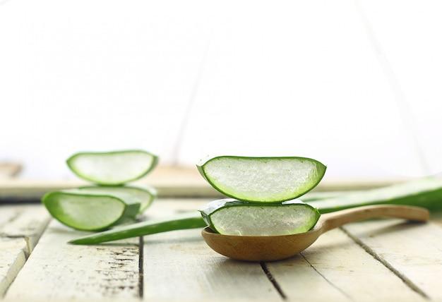 Aloe vera en tranches sur la phytothérapie pour la peau et les cheveux sur blanc