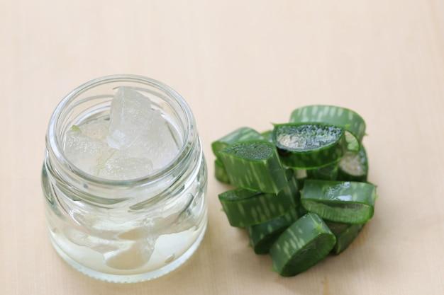 Aloe vera en tranches sur un plancher en bois, les herbes tropicales, il y a beaucoup de valeur médicinale.