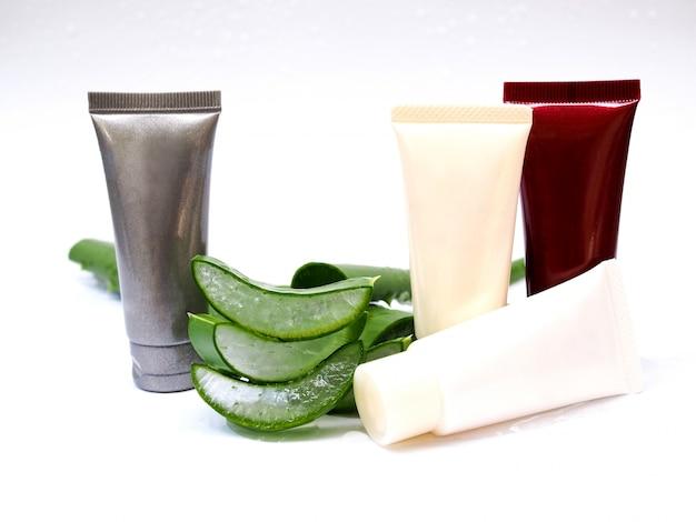 Aloe vera en tranches et tube crème gel de soin de la peau pour la beauté isolée sur fond blanc.