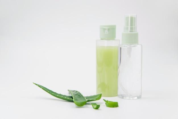 Aloe vera vaporisateur naturel pour la beauté sur fond blanc