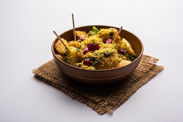 Aloo chaat ou alu chat est un aliment de rue populaire originaire du sous-continent indien, en particulier du nord de l'inde