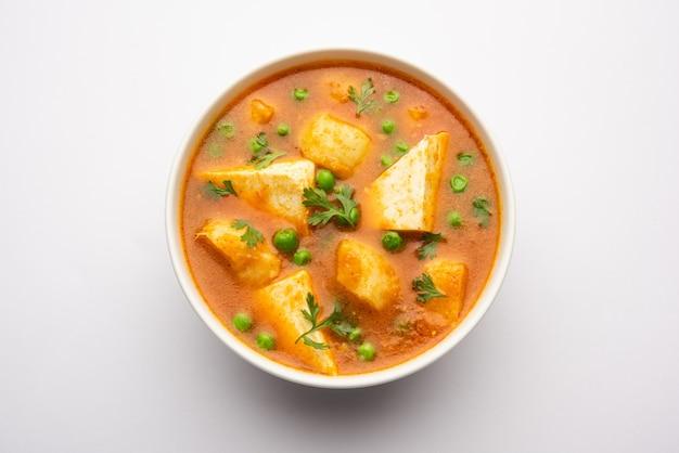 Aloo matar paneer recette de l'inde à base de pois verts de pomme de terre avec du fromage cottage cuit dans du curry épicé. focys sélectifs