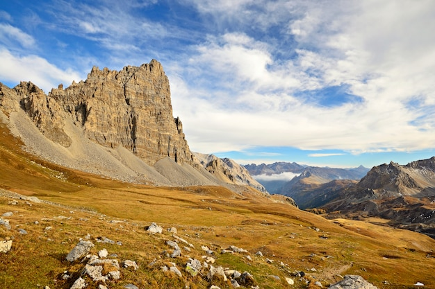 Les alpes en automne, coucher de soleil depuis le sommet des pics et des crêtes rocheuses