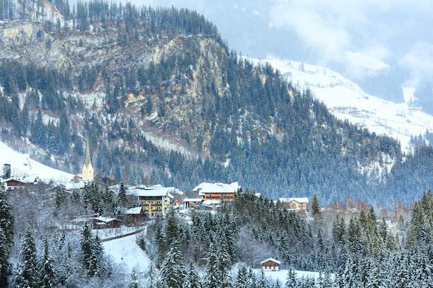 Alpes beau village de montagne d'hiver près de la cascade krimml autriche, tyrol.