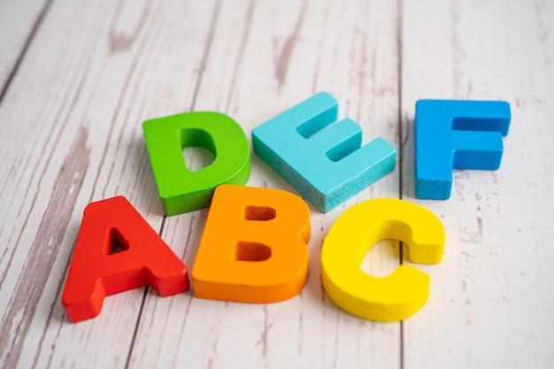 Alphabet anglais en bois coloré pour l'apprentissage scolaire.