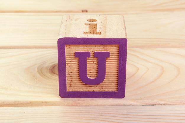 Alphabet bloc de bois gisait sur plancher en bois