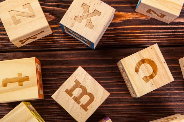 Alphabet de bloc en bois poser sur le plancher en bois