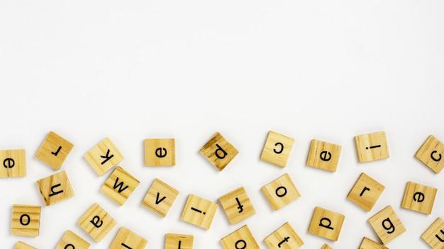 Alphabet de blocs en bois isolé sur fond blanc