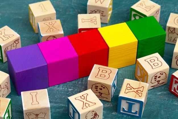 Alphabet bloque abc sur table en bois