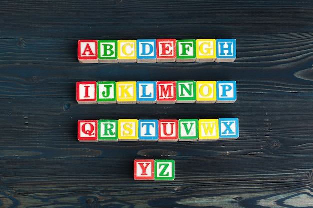 Alphabet bloque abc sur table en bois.