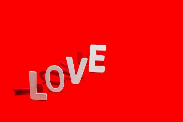 Alphabet de bois et couleur de la peinture, forme à la formulation love concept.
