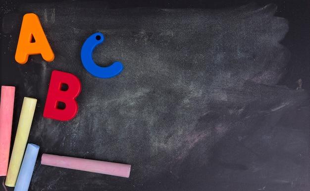Alphabet coloré sur un tableau noir ou un tableau