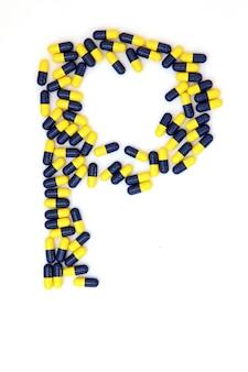 L'alphabet de la lettre p composé de capsules médicales