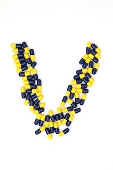 L'alphabet de la lettre v fait de capsules médicales