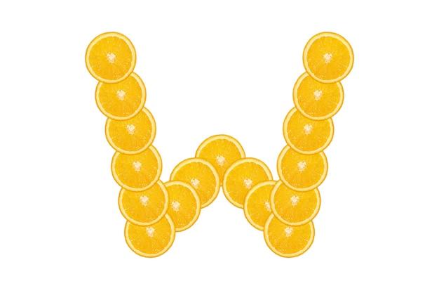 Alphabet orange en tranches - lettre w. fond blanc isolé. fruit orange frais et sain. police juteuse.