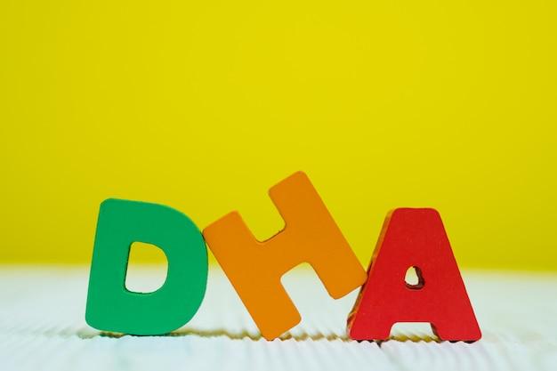 Alphabet texte dha sur fond de mur jaune