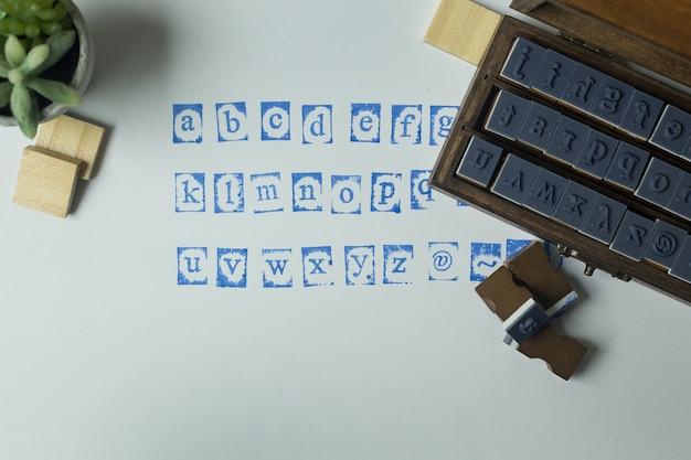 Alphabet de timbres en bois bouchent l'image pour le fond.
