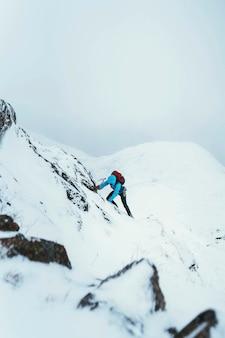 Alpiniste à l'aide d'un piolet pour escalader forcan ridge à glen shiel, ecosse