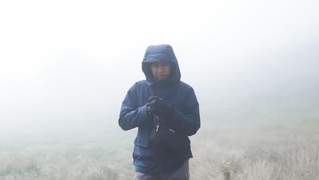 Alpiniste masculin mettant ses gants en vue du sommet