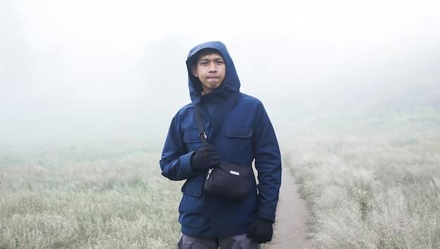 Un alpiniste qui est sur une colline en préparation pour grimper au sommet