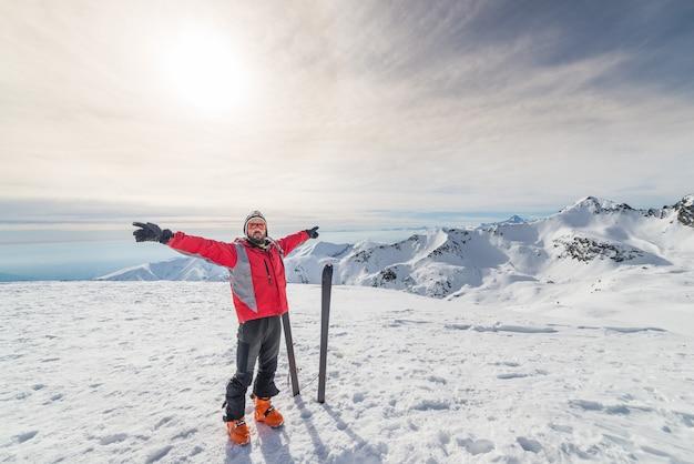 Alpiniste avec ski de fond