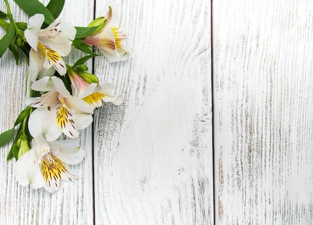 Alstroemeria en fleurs sur une table