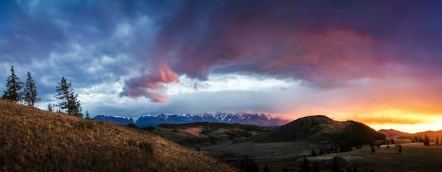 Altai, plateau d'ukok. magnifique coucher de soleil