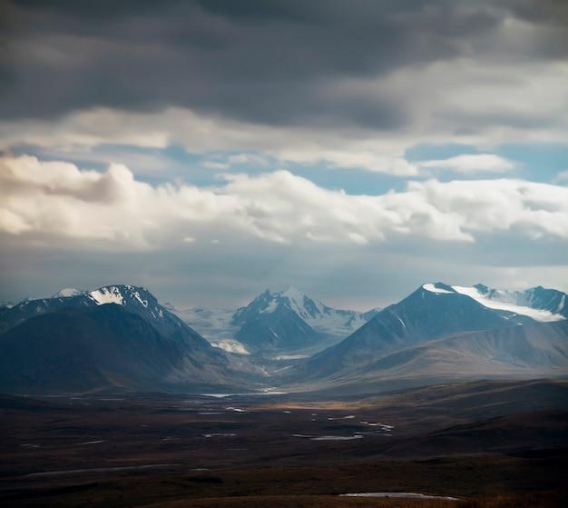 Altai ukok le coucher de soleil sur les montagnes par temps nuageux