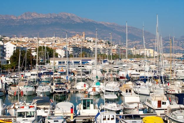 Altea, village, alicante, à, marina, bateaux, premier plan