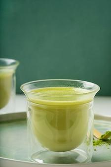 Alternative au café matcha latte sain sur un plateau en céramique.