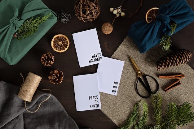 Une alternative écologique aux cadeaux de noël verts emballés dans des vêtements