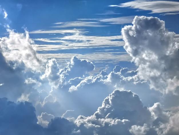 Alto cumulus nuages dans le ciel à haute altitude vus de l'avion.