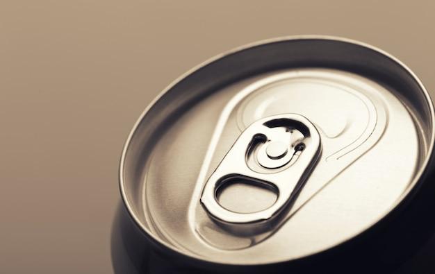 L'aluminium peut photo gros plan isolé sur gris