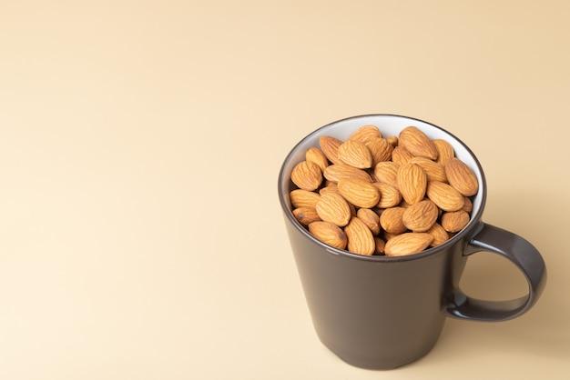 Amande brune dans une tasse à café avec espace de copie gratuit.