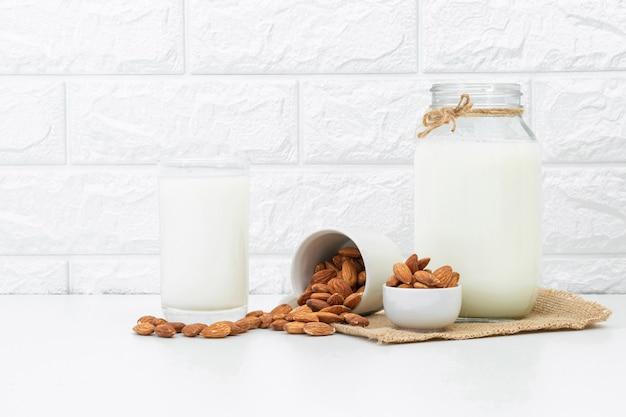 Amandes au lait dans un verre blanc