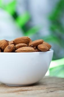 Amandes crues fraîches, amandes délicieuses sur la table, amandes sèches sans torréfaction ou autre traitement, gros plan